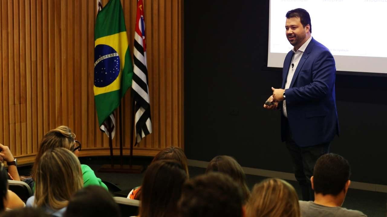 Imagem do professor Marcelo Vitorino dando aula sobre mobilização para campanha eleitoral