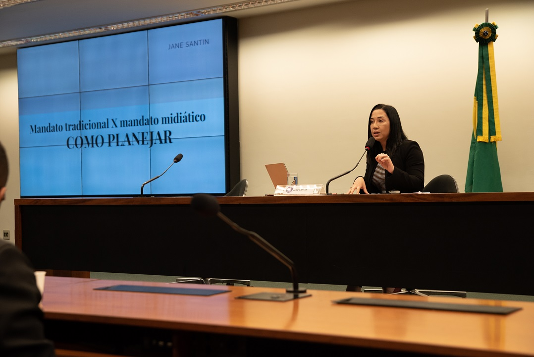 Jane Santin palestra no Fórum Política por Elas